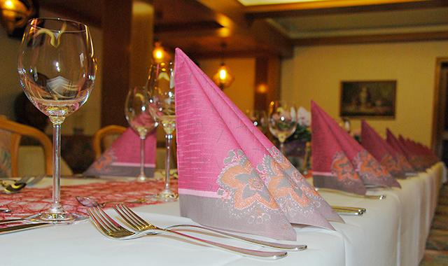 Festlich dekorierter Tisch