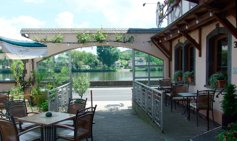 Gartenterrasse – mit tollem Blick auf die Mosel. [Garden terrace – with a superb view at the Moselle.]