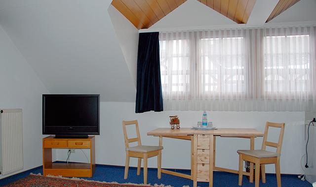 Hotelzimmer mit Sitzecke und TV