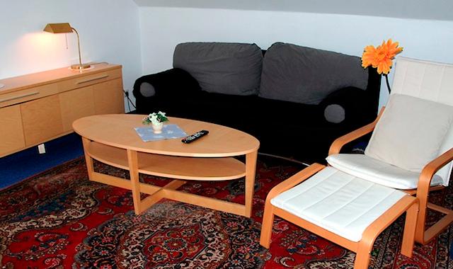 Hotelzimmer mit Schreibtisch und gemütlicher Sitzecke